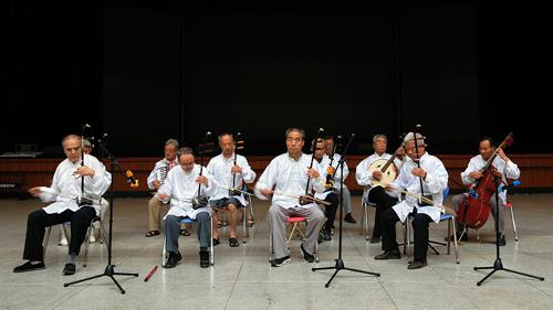 小合唱《弹起我心爱的土琵琶》   表达了我校离退休职工歌颂党、热爱